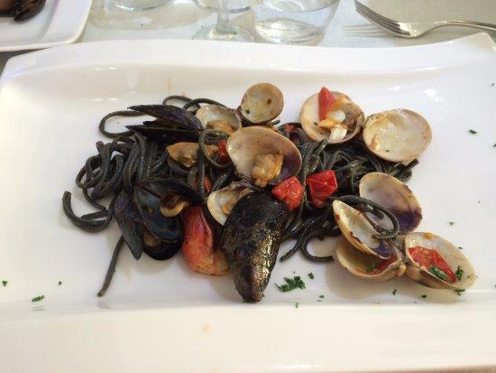 Kalos: Spaghetti neri con cozze e gamberone di mazara