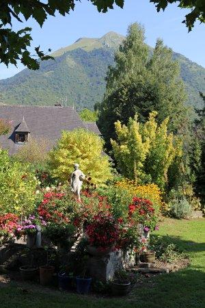 Izeste, Francia: Vue du jardin par l'une des chambres.