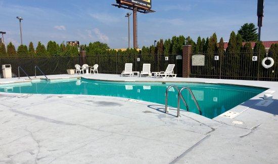 Howard Johnson Evansville East: Outdoor pool