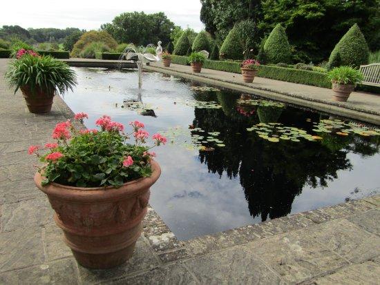 Haywards Heath, UK: Italian Garden with water feature