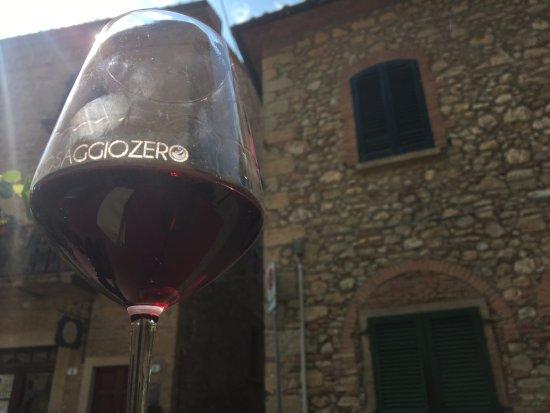 Casale Marittimo, Italia: Vino rosso della casa