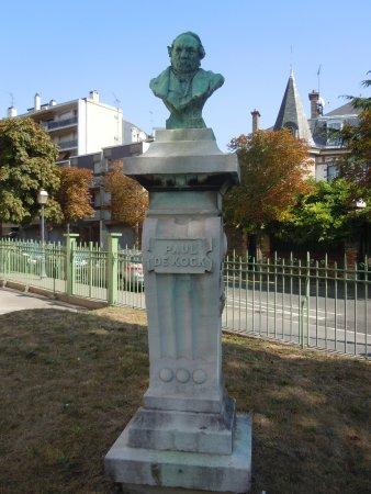 Les Lilas, France: Statue devant le Théâtre