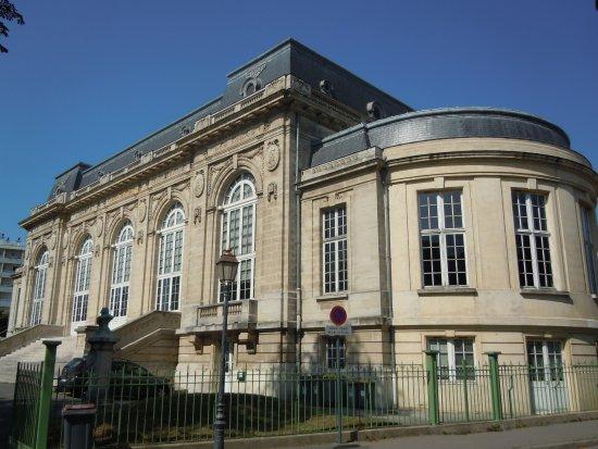 Les Lilas, France: Vue de côté du Théâtre
