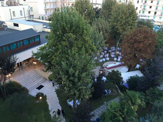 Hotel Savoia Thermae & Spa: ristorante pronto per serata di galà, con personale per il ricevimento ospiti