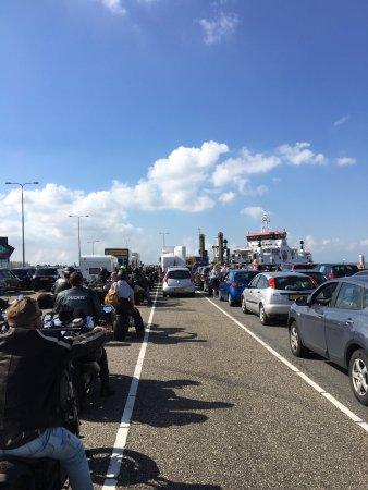 Nes, Holland: Auch Motorräder werden transportiert. Es waren etwa 100! Die zu einem Treffen fuhren 😜
