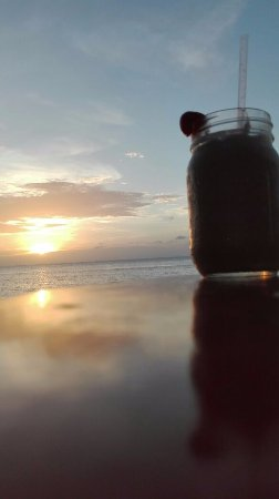 Las Rocas Resort & Dive Center: Perfect sunsets in their deck with a Monkey Lala