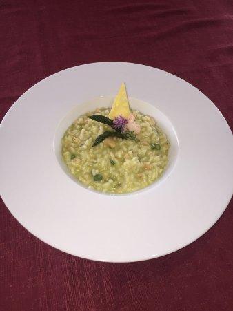 Comerio, Italia: RISOTTO CON PUNTE D'ASPARAGI E CODE DI GAMBERI
