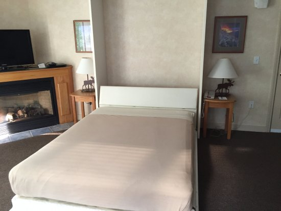 Bartlett, NH: Queen Murphy Bed