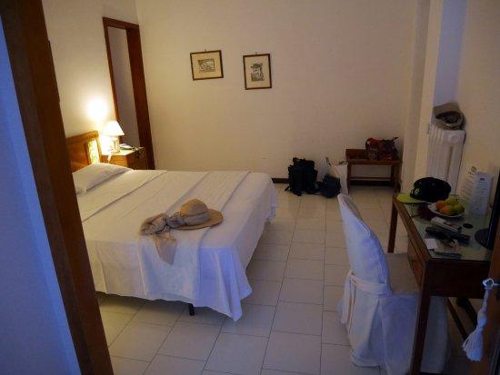 chambre parentale + salle de bain - Picture of Hotel ...