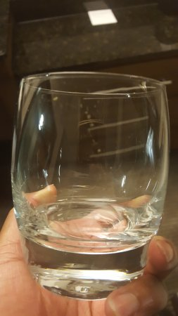 Hyatt Place Atlanta Perimeter Center: Dirty glasses near ice bucket