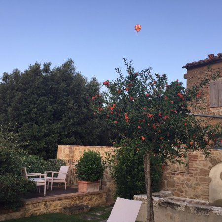 Castelmuzio, Italien: A hot air balloon floating over the backyard.