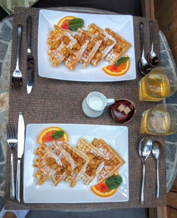 ‪‪Roberts Creek‬, كندا: Cinnamon apple waffles for our second course!‬