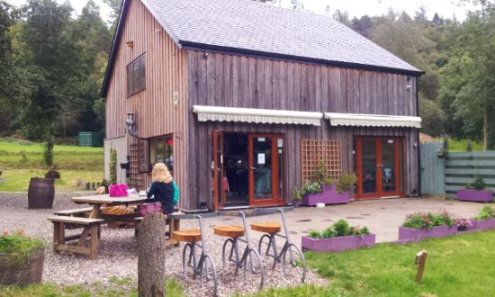 Strathyre, UK: The Broch Cafe with outside seating, parking for cars and bikes