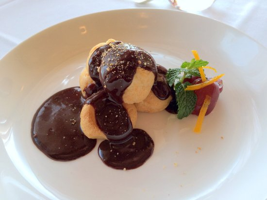 Bernardsville, Nueva Jersey: Cream Puffs With Dark Chocolate Sauce