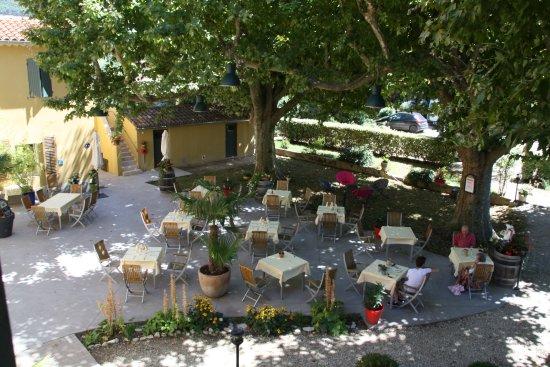 Terrasse ombragée - Photo de La Table de Magali, Sablet - TripAdvisor