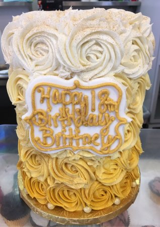 Millburn, Nueva Jersey: Rose Petal Ombré 6 Layer Chocolate Birthday Cake from Splurge Bakery