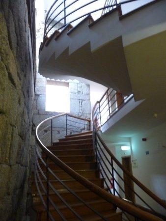 L\'escalier moderne parmi les vieilles pierrs - Picture of ...