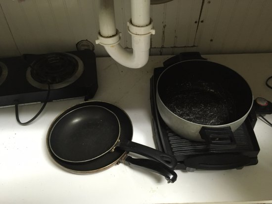Green Mountain Inn: Dirty, damaged and old cooking utensils in a dirty cupboard