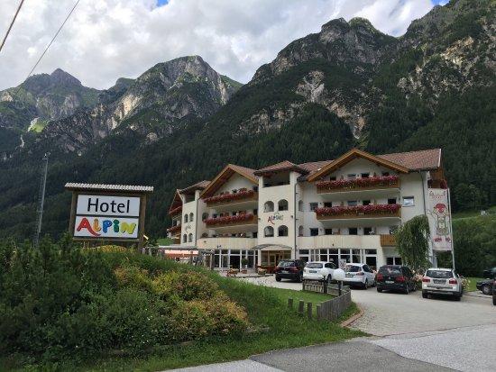 Hotel Alpin: Außenansicht und Kinder-Fußballcamp direkt am Hotel
