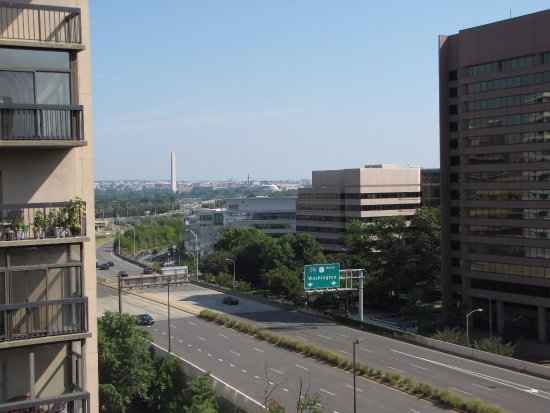 Embassy Suites by Hilton Alexandria-Old Town: Ninth floor view toward the National Mall.