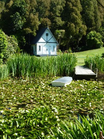 Helensville, Selandia Baru: The Chapel and Pond