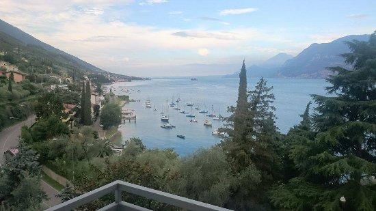 Niesamowity widok z okna na urocze jezioro Garda
