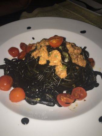 Giulia: pasta al nero di seppia con pomodorini e riccio di mare