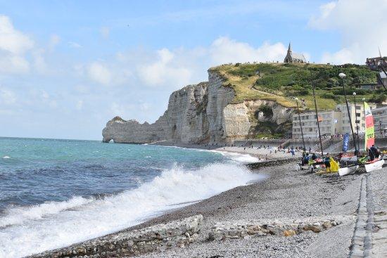 Yport, Francia: Je ziet de krijtrotsen en ook de vloed met hoge golven, Bij eb kun je langs de krijtrotsen wande