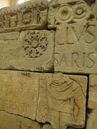 Lapidaire Museum (Musee Lapidaire): Часть экспозиции музея. Фрагменты надгробий.