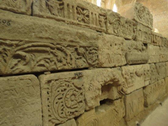 Lapidaire Museum (Musee Lapidaire): Часть экспозиции музея. Фриз - головы быков, цветы и триглифы.