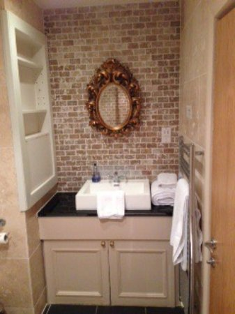 Playhatch, UK: Lovely bathroom and walk in shower, beautiful decor in the Windsor room