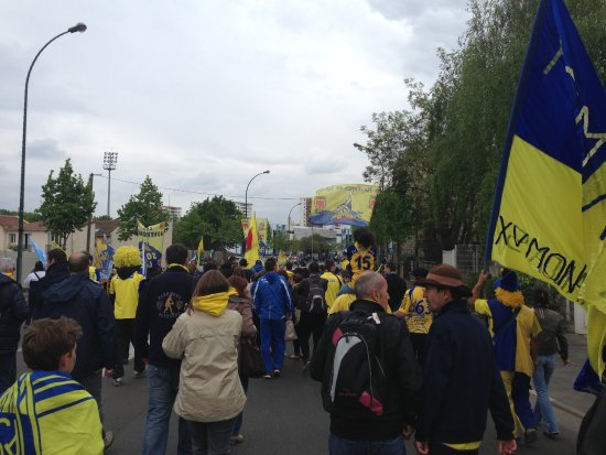 Colombes, France : Défilé des supporters adverses devant le stade avant le match