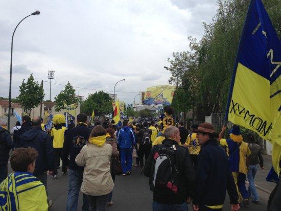 Colombes, France: Défilé des supporters adverses devant le stade avant le match