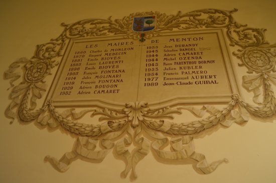 Salle des Mariages Jean Cocteau : The inscription with all the mayors ... Italian times do not exist.