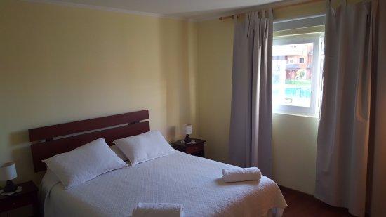 Sol y Lago Apart Hotel : Habitacion principal con baño en suite y placard