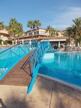 Mon Port Hotel & Spa: View from the toddlers pool to the snack bar