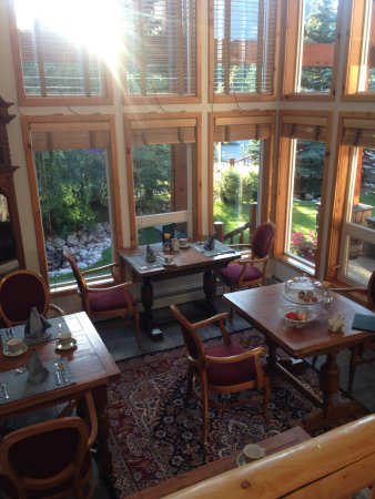 Beaujolais Boutique B&B at Thea's House: The breakfast dining room with tons of windows.