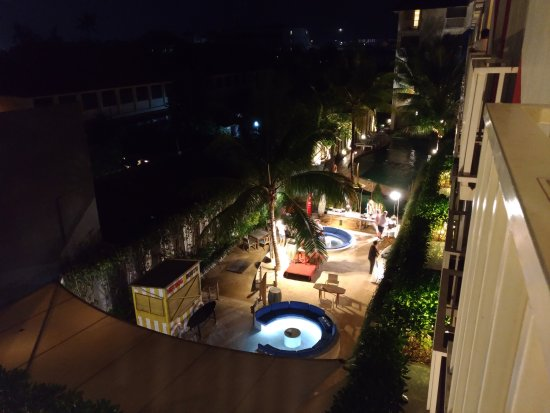 Bliss Surfer Hotel: Foto malam hari dari balkon kamar, menghadap ke tempat santai dan kolam renang