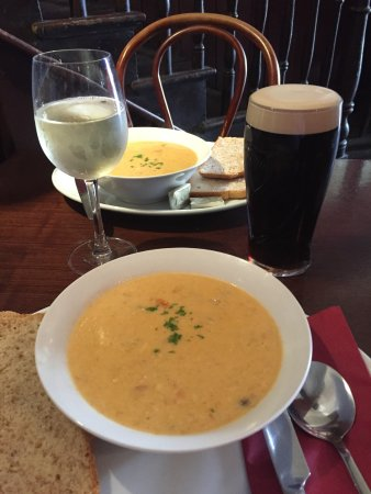 Kilrush, Irlandia: Seafood chowder, Tomato & Cheese Toasties with Clam Chosder, Guinness & wine