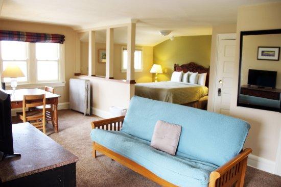 Mendota Lake House B&B: James Baldwin Room