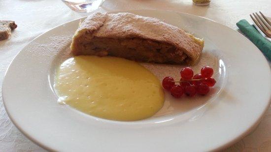 Hotel Capriolo Rehbock: Strudel fatto in casa con crema e mirtilli
