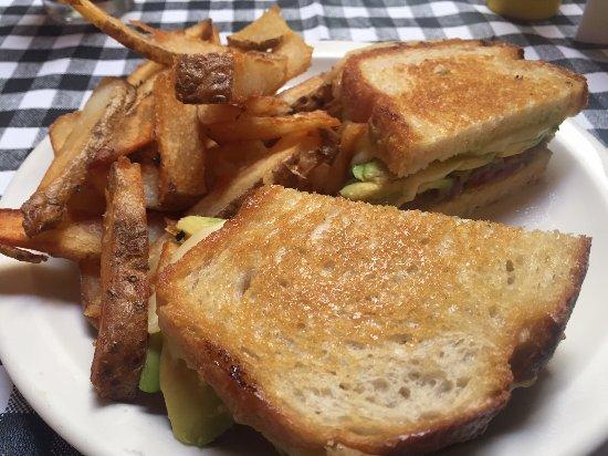 Boonville, Califórnia: Grilled Avocado, Tomato, Fontina Sandwich