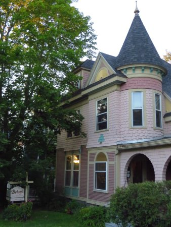 Betsy's Bed and Breakfast: Cutest house!