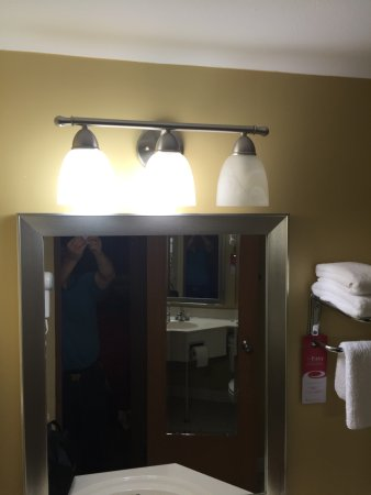 Econo Lodge Inn and Suites : burned out light bulb