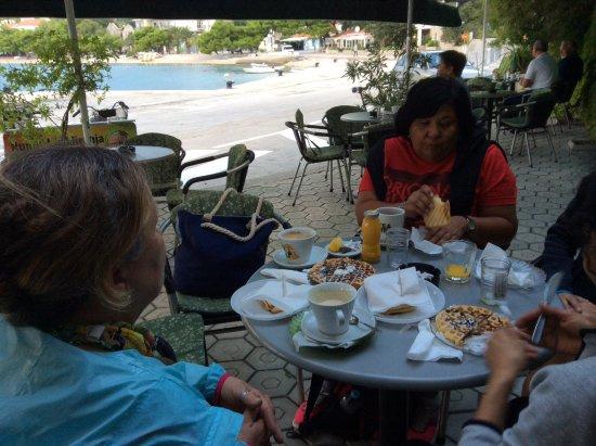 Drvenik, كرواتيا: Desayuno antes del ferry