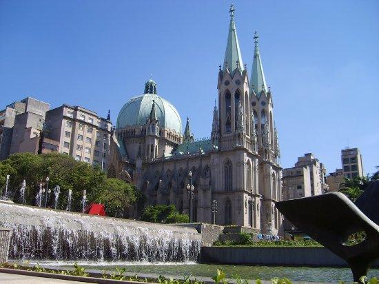 Catedral da Se de Sao Paulo: foto tirada da parte inferior no chafariz