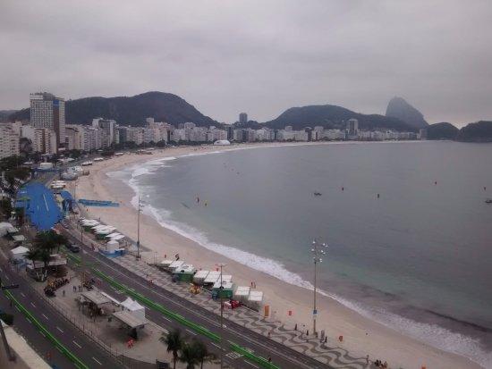 Orla Copacabana Hotel: Terraza junto a la piscina desde el último nivel