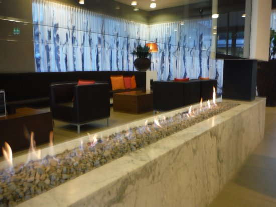 Papendrecht, Niederlande: Fireplace and comfy seating in the lobby