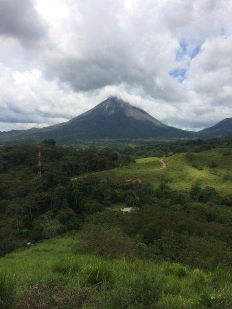 El Castillo, Costa Rica: Volcano view from deck off pool area