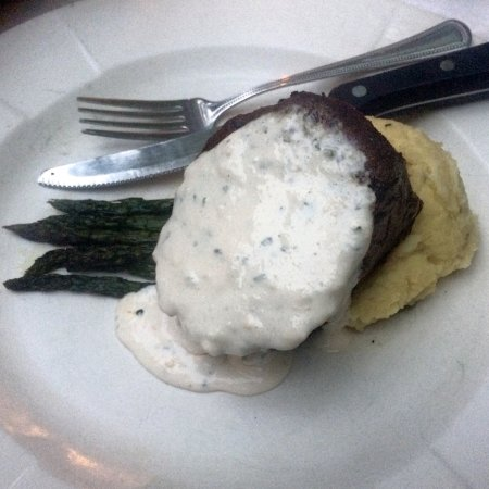 Ojai, Californie : Filet mignon with horseradish sauce melts in your mouth!